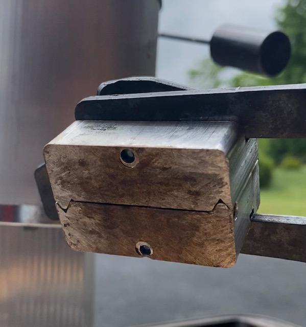 Slight gap between bullet mold halves